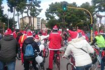 Una folla di Babbi Natale in bici e pattini invade Bari
