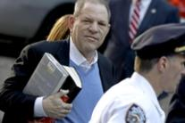 Harvey Weinstein si consegna alla polizia a New York
