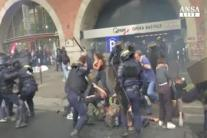 La Francia in piazza, scontri alle proteste anti-Macron