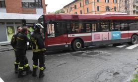 Bologna, 30enne tarantina travolta da bus: rischia di perdere una gamba