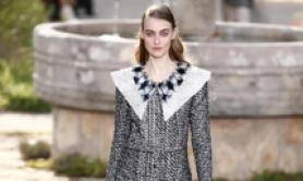 Modella sfila per Chanel al Paris Fashion Week