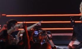Madonna col bastone, nuovo stop a tour