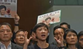 Attivisti Hong Kong interrompono discorso leader Carrie Lam