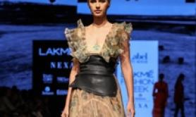 Un modello in passerella al Lakme Fashion Week di Mumbai