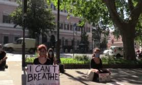 Minneapolis, sit in davanti l'ambasciata americana per George Floyd