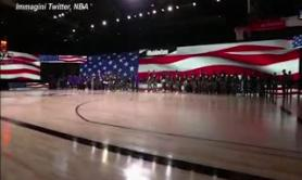 "Riparte l'Nba, giocatori in ginocchio all'inno con le magliette ""Black lives matter"""