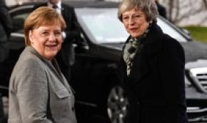Theresa May a Berlino incontra Angela Merkel per la Brexit