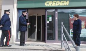 Acquarica del Capo: entra in banca, spinge dipendente e porta via denaro