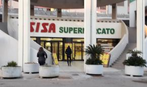 Gallipoli, nigeriano sventa rapina in supermercato: titolare lo assume