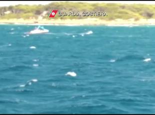Mare agitato, in Salentosalvati surfsta e soccorritore