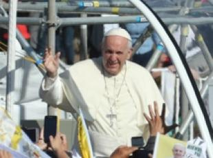Pope gets out of popemobile to help policewoman (2)