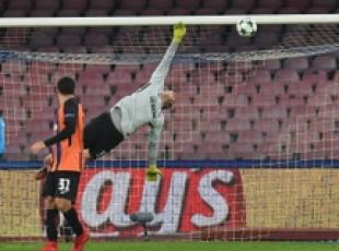 Soccer: Napoli thump Shakhtar to keep Champions hopes alive