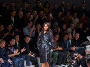 Naomi Campbell sfila al Paris Fashion Week