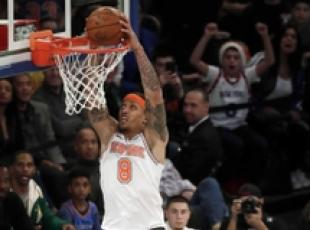 NBA: Michael Beasley (New York Knicks) mentre va a canestro