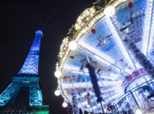 La torre Eiffel illuminata per il vertice One Planet Summit