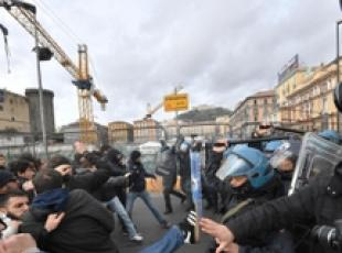 Police push back Naples protestors against Gentiloni visit