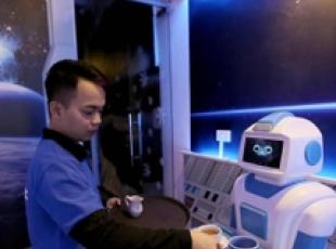 Robot serve un drink in un bar di Hanoi in Vietnam