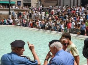 Controlled access to Trevi Fountain trial starts (2)