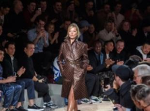 Kate Moss sulla passerella del Paris Fashion Week