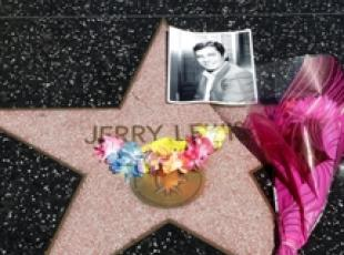 Fiori per Jerry Lewis sulla Walk of Fame a Hollywood