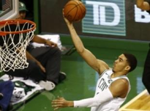 Nba: Kyrie Irving (Boston Celtics) contro Milwaukee Bucks